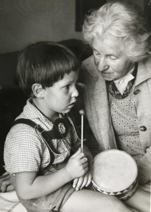 Hedwig Krähmer mit ihrem Urenkel